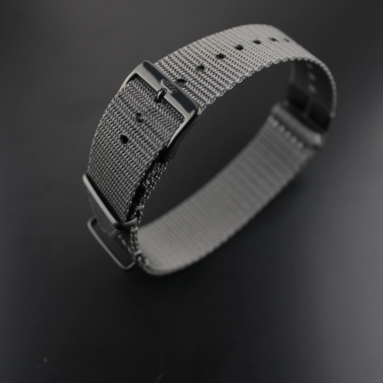 Fortis Nato-Band mit Fortis Metallplakette und PVD schwarz beschichteten Edelstahl-Schlaufen
